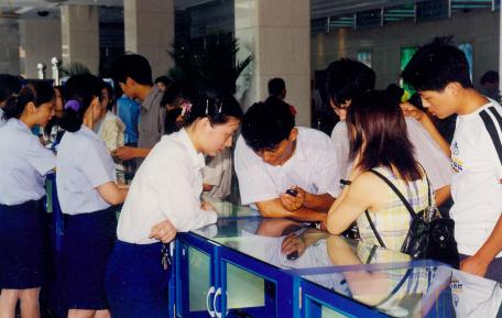 图:1999年人们在手机通信市场购买移动2G手机