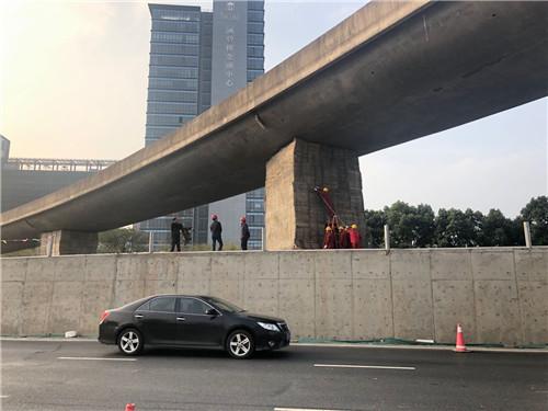工人们在进行爆破前的准备工作。