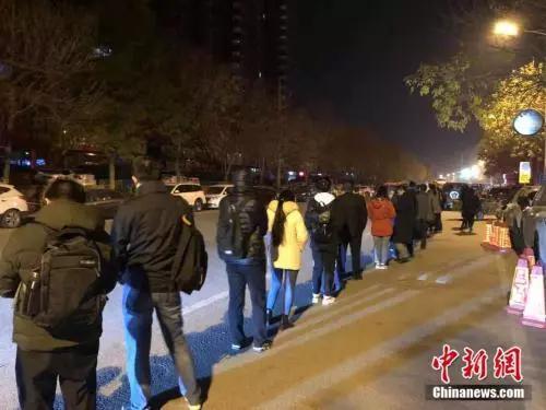 资料图:早上5:30排队乘车的上班族。 冷昊阳 摄