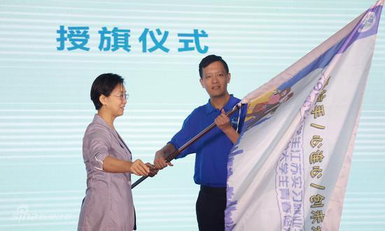 江苏省人民政府台湾事务办公室主任练月琴向实习生代表授营旗
