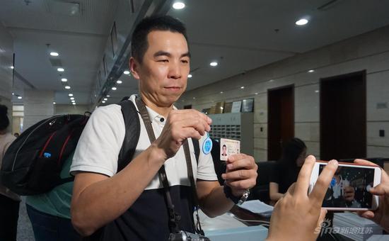 台湾媒体记者体验免费办理交通卡