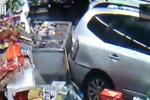 车子穿玻璃墙撞进超市 司机毫不犹豫踩油门跑了