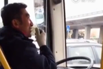 暖男公交司机关爱乘客变网红 一口播音腔圈粉无数
