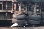 连云港一教练车遭货车侧翻压垮 车内5人身亡