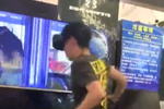 小伙体验VR游戏 打碎屏幕浑然不知遭店家索赔