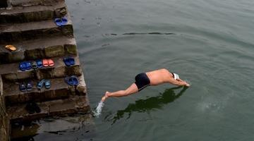 独腿泳者 14年横渡嘉陵江