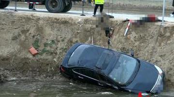 大年初一盐城一轿车失控下河