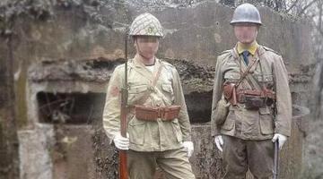 两男子穿日本军服摆拍 纪念馆发声