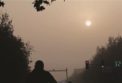 1日,南京大雾持续,新年的首轮红日从晨雾中升起。新华报业视觉中心记者 宋宁 摄