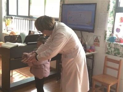 医护人员给小朋友示范如何正确洗手。