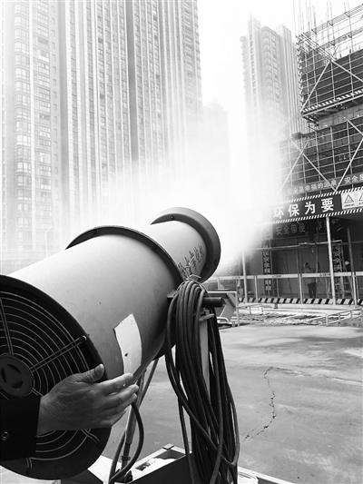 河西一处工地停止作业,并有雾炮及时喷洒水汽,监测系统与南京市环保局实时关联,实时控制扬尘。