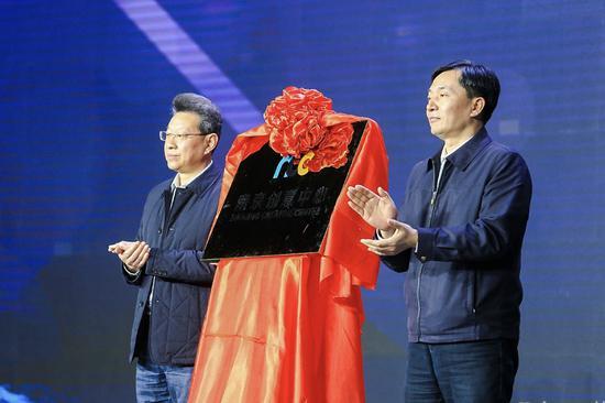 江苏省文化厅巡视员马宁和南京市政府副市长胡万进共同揭幕