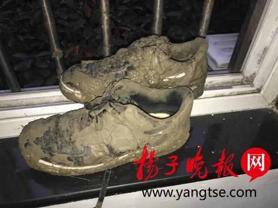 """民警的鞋子成了""""泥鞋""""。禹洁 摄"""