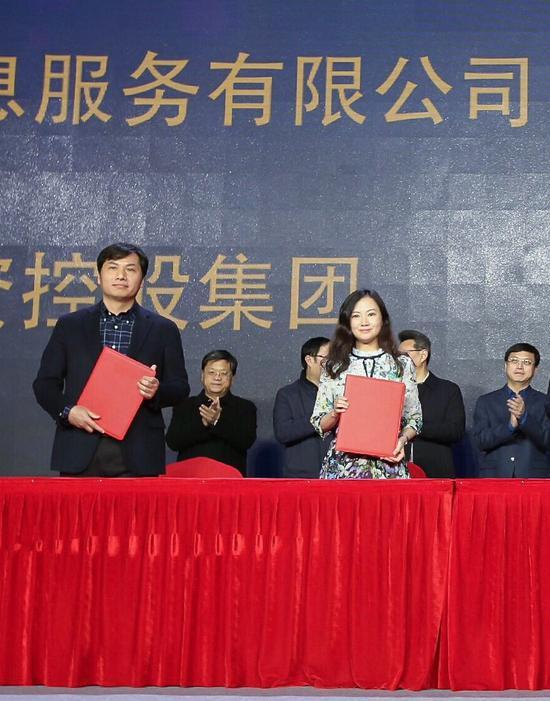 新浪江苏总编辑冯晓婷与南京市文化投资控股集团纪委书记黄绍斌签订合作协议