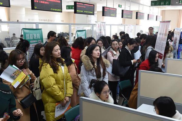江苏举办女大学生专场招聘会 提供约3100多个岗位