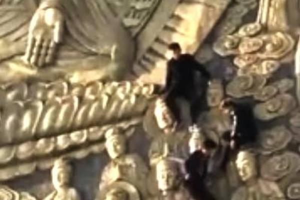 4男子爬到河南古寺佛像上拍大合照 惊呆网友