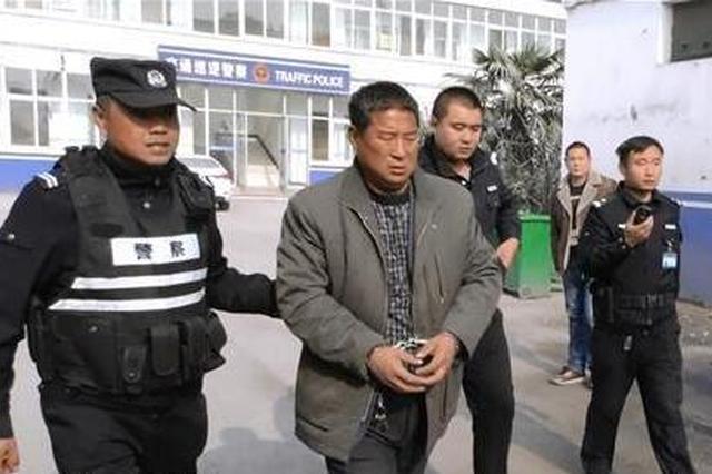 徐州一司机无证驾驶 遇交警检查掏假证