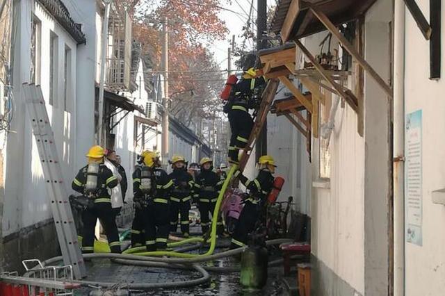 苏州观前街附近一处老宅突发火灾 屋顶被烧穿