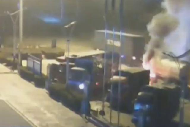 """惊险!20多吨油罐车起火 冲进服务区""""求救"""""""