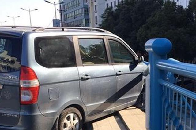 真悬!一个喷嚏,轿车冲出护栏悬空在桥面上