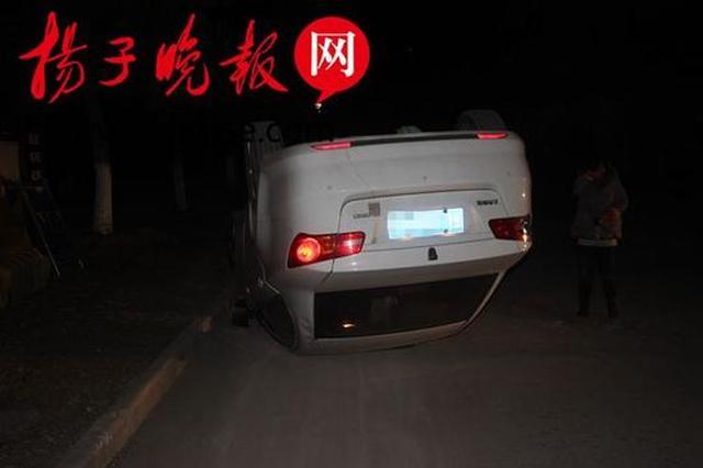 妻子凌晨接丈夫油门当刹车 轿车撞路牙四脚朝天夫妻受惊