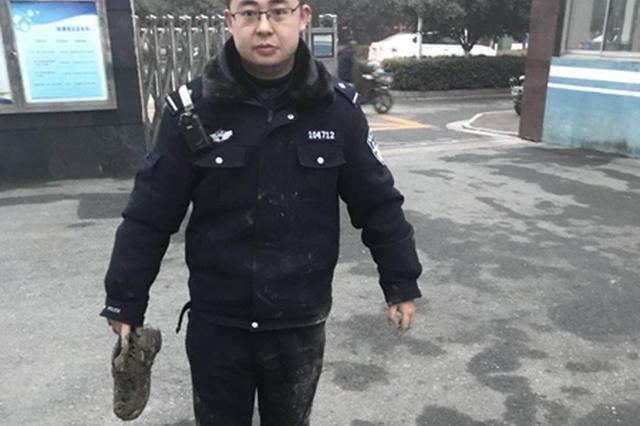 救人民警浑身泥巴,一只鞋也踩坏了。