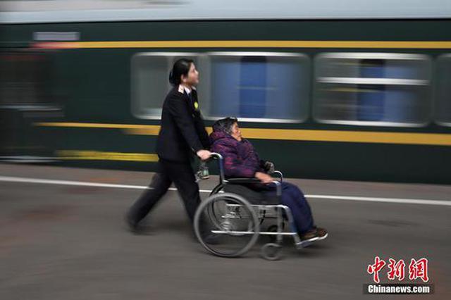 """飞奔在南京火车站的""""轮椅姐"""""""
