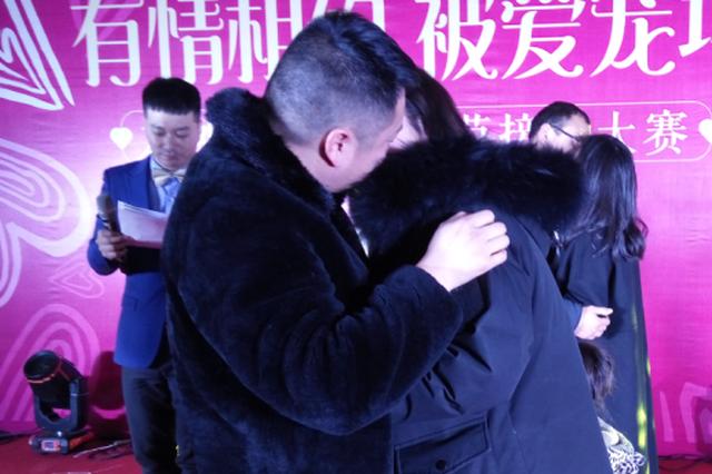 情人节淮安上演接吻大赛 吻了半小时赢得钻戒