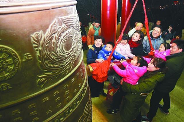 南京各大寺院举行迎新春撞钟祈福活动 近万市民参与