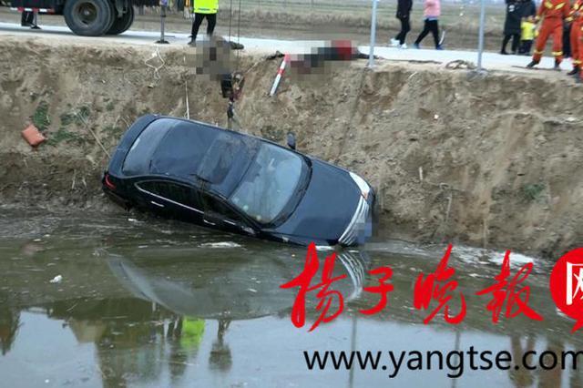 大年初一盐城一轿车失控下河 两驾乘不幸身亡