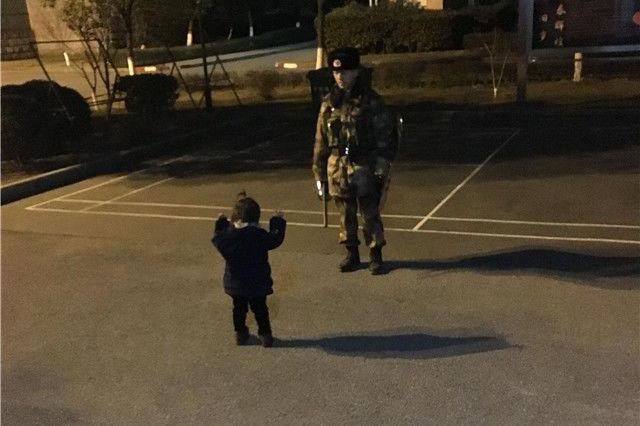 """一张父女""""执勤图""""让人泪目:爸爸,我来陪你站岗!"""