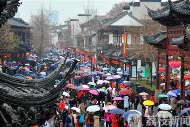 秦淮景区3天游客接待量逾83万 下雨天仍旧人从众