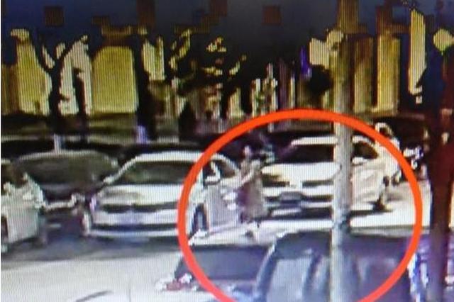 女司机开车门撞人 下车后一句话惊呆民警