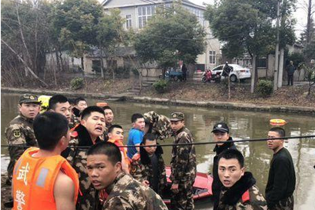 轿车侧翻河内 3名战士冰水中打捞被划伤