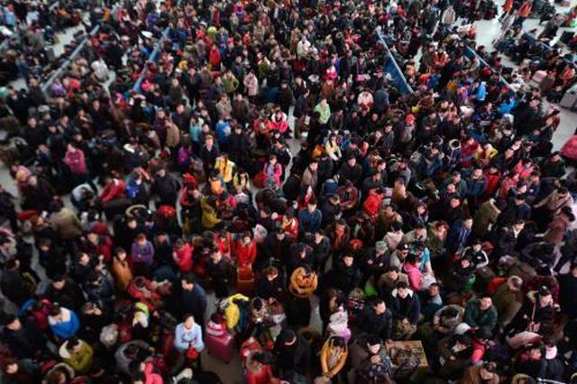 客流高峰遇恶劣天气 江苏1.8万交警保春节道路畅通