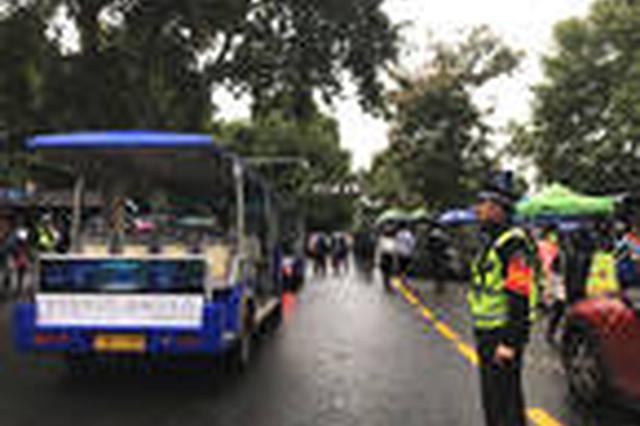 景区交通执勤员春节与父母相聚短暂 继续带儿上班