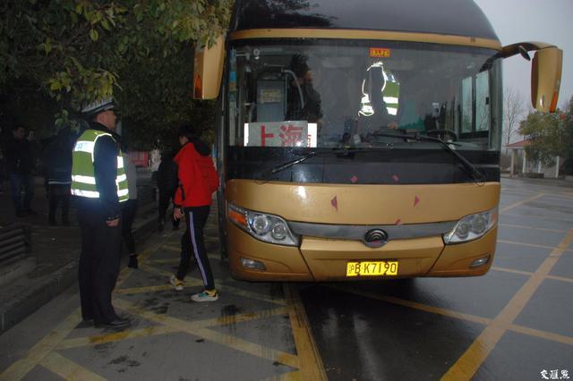江苏查获一辆超员87%大客车 39人的车载75人还含2儿童