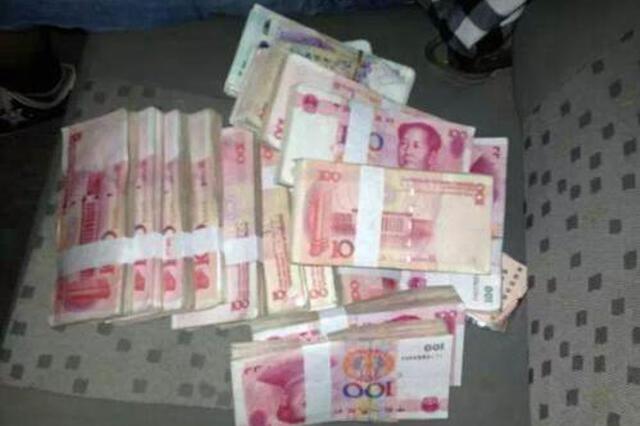 女子19万余元现金散落街头 1小时内被路人全数捡回