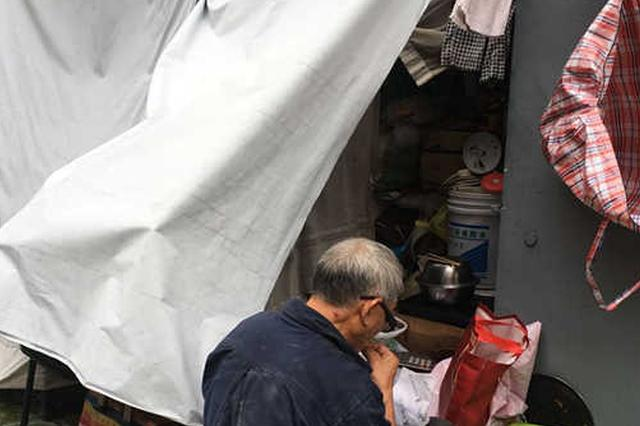"""苏州一位70岁老人患上""""囤积症"""" 租车库专门堆放垃圾"""