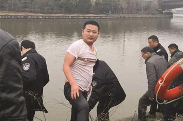 女子掉进河里越漂越远 危急时刻他跳进水里救人