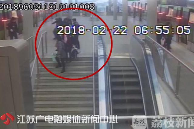 外国留学生喝醉酒 地铁站里一个踉跄撞倒老人