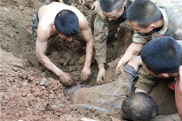 两工人被垮塌泥土掩埋 50多名路过武警徒手挖人