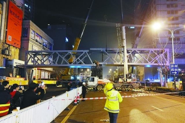 洪武路天桥昨夜吊装 200吨吊车100分钟架起主桥