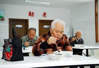 """南京首次为老人购买""""助餐险"""""""