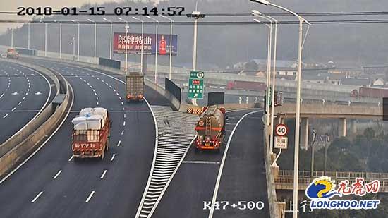 货车司机不熟悉路况开过匝道 在高速上倒车500米