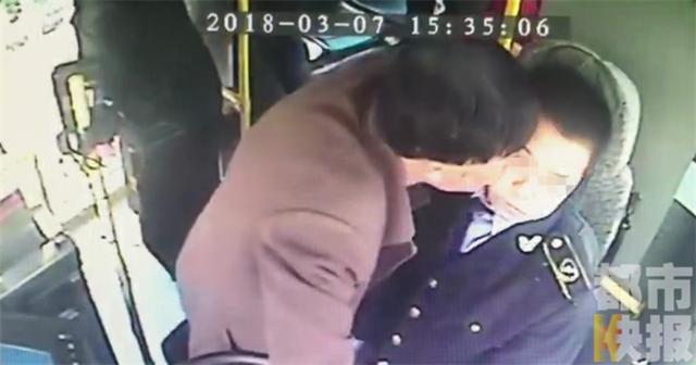西安公交司机提醒乘客刷卡 却遭醉酒男子咬脸