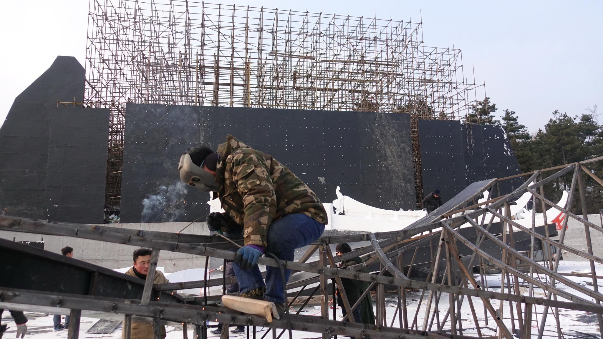 为迎接第六届延吉国际冰雪节工人紧张施工