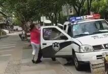 """上海交警执法""""抱摔""""怀抱娃娃女士 孩子着地后痛哭"""