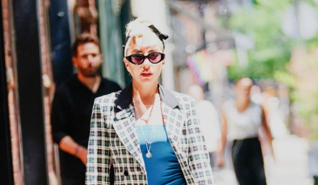 Lady Gaga穿紧身裙显身材