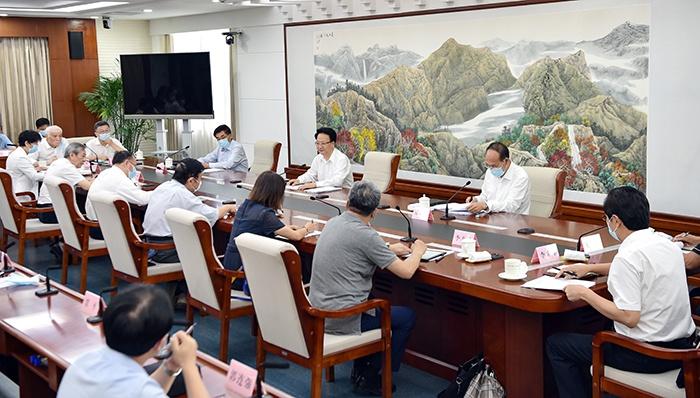8月17日,吉林省委副书记、省长景俊海主持召开专家学者和企业家座谈会。邹乃硕/摄